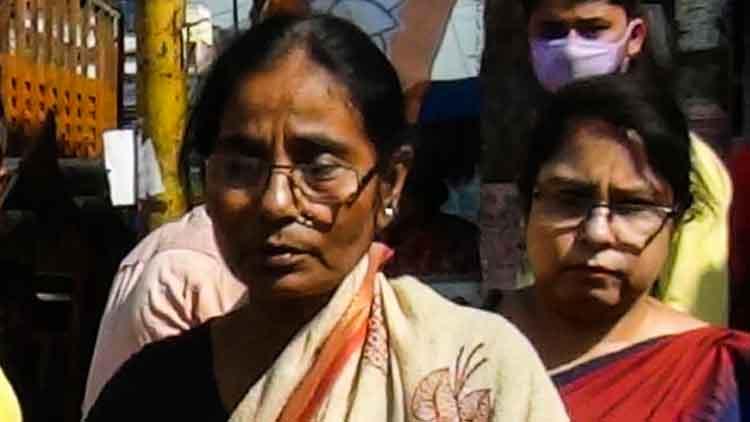 অভিনব কায়দায় মহিলার ব্যাগ ছিনতাই