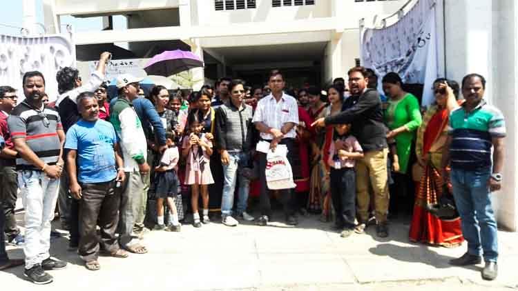বেসরকারি স্কুলে বার্ষিক ফি বৃদ্ধির প্রতিবাদে স্কুলের সামনে বিক্ষোভ অভিভাবকদের